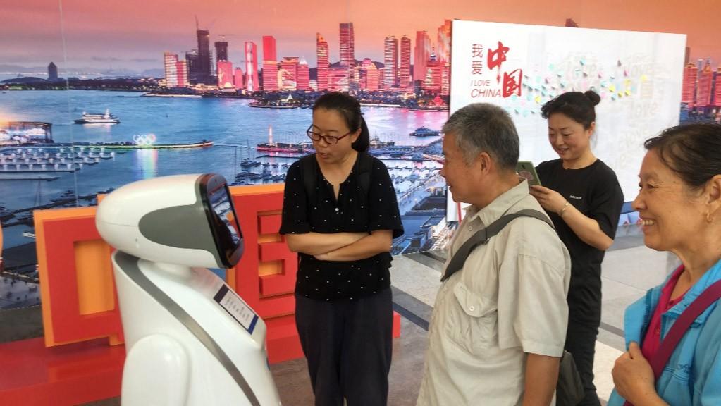 """克路德机器人化身最聪明""""讲解员"""",亮相新中国成立70周年青岛成就展"""